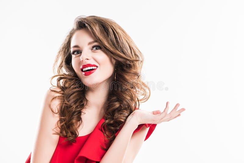 menina surpreendida no vestido vermelho que mostra o gesto da encolho de ombros ilustração stock