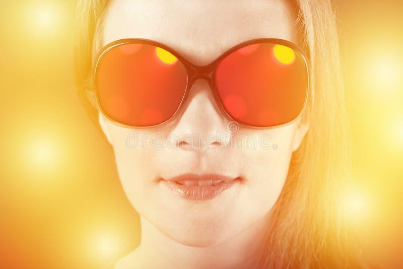 Menina surpreendida nos óculos de sol com reflexão imagens de stock royalty free