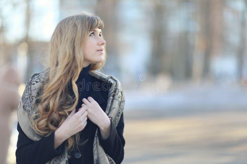 menina tímida modesta na rua da mola fotografia de stock royalty free