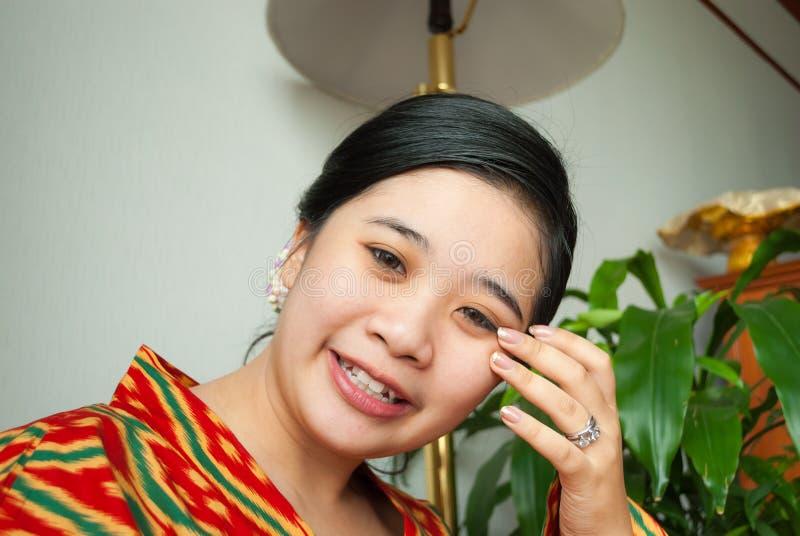 Menina tailandesa asiática com penteado e aliança de casamento bonitos imagem de stock