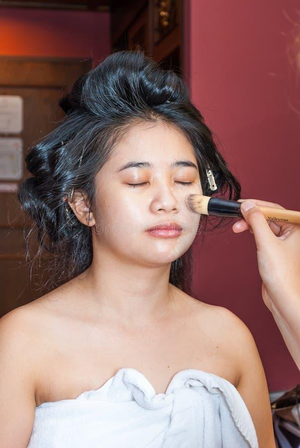 Menina tailandesa asiática que obtém a fundação da composição foto de stock