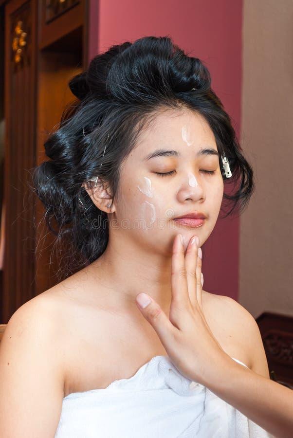 Menina tailandesa asiática que obtém a fundação da composição imagens de stock