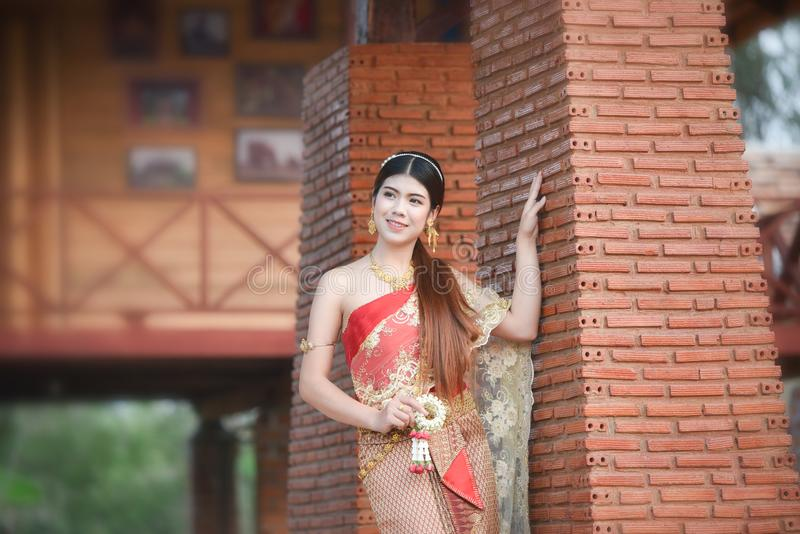 Menina tailandesa bonita da mulher tailandesa da beleza da noiva no traje tradicional do vestido fotografia de stock royalty free