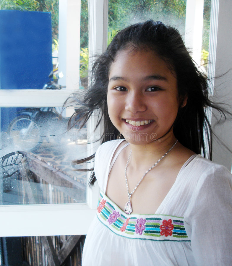 Menina tailandesa com um sorriso brilhante fotografia de stock