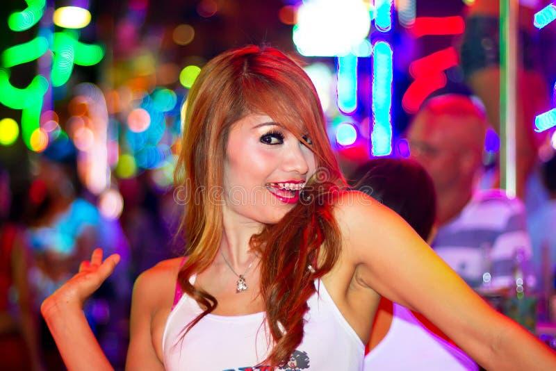 Menina tailandesa no clube nocturno de Patong