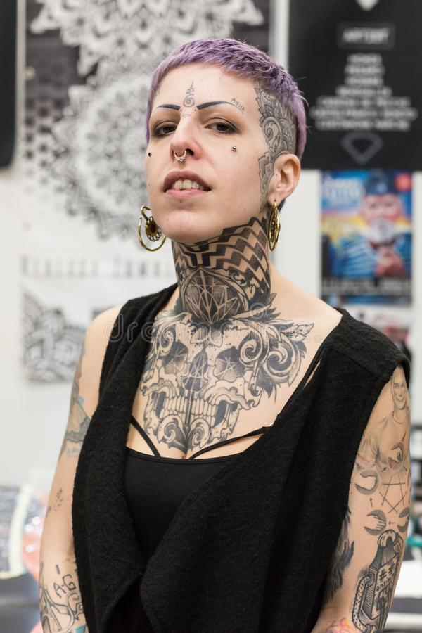 Menina tattoed bonita em Milan Tattoo Convention 2018, Itália imagem de stock