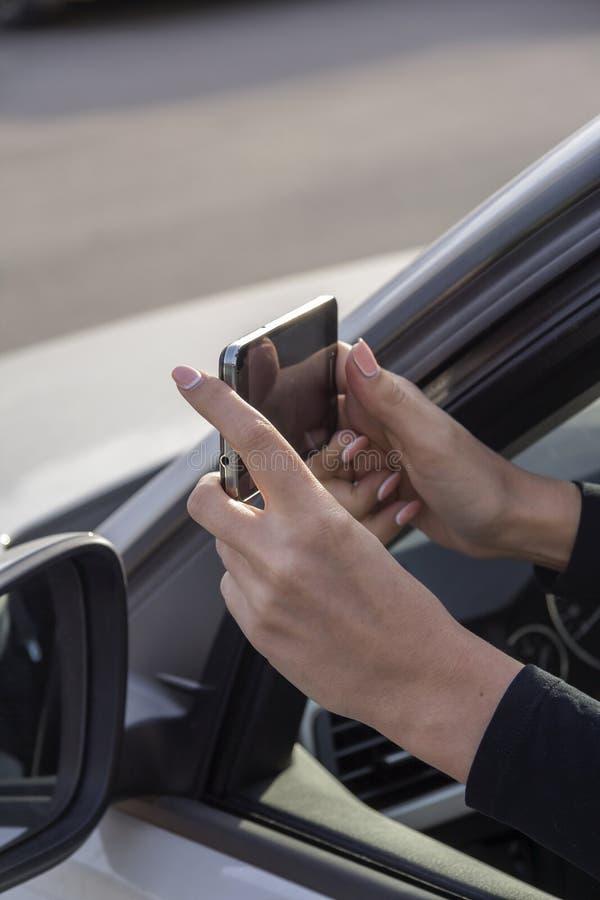 Menina, telefone, carro foto de stock