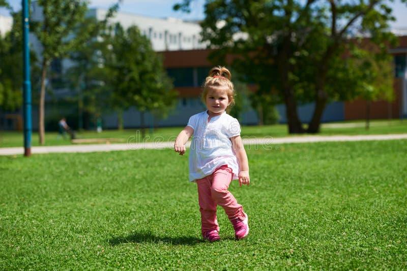 A menina tem o divertimento no parque imagens de stock royalty free