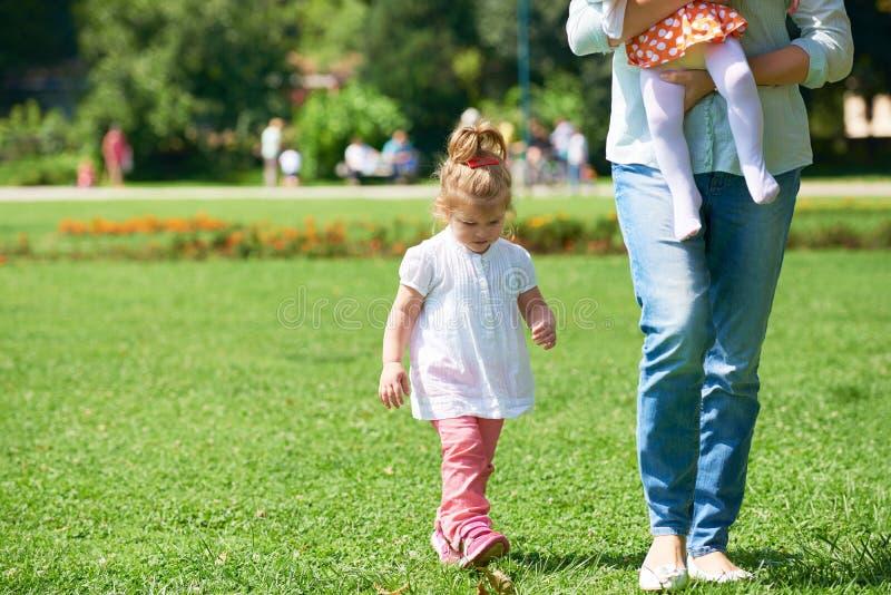 A menina tem o divertimento no parque imagem de stock royalty free