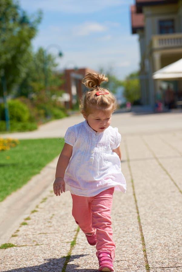 A menina tem o divertimento no parque foto de stock royalty free
