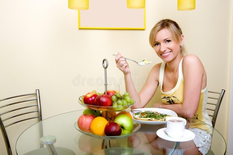 A menina tem o pequeno almoço fotos de stock royalty free