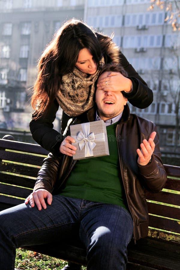 A menina tem um presente para o noivo e quê-lo surpreender fotos de stock royalty free