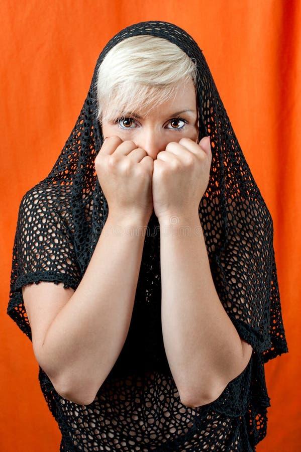 Menina temida que cobre sua cara fotos de stock