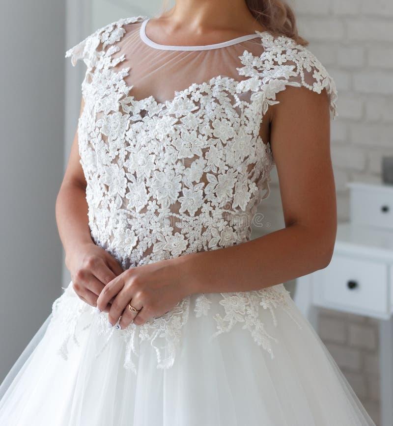A menina tenta sobre um vestido branco bonito fotos de stock