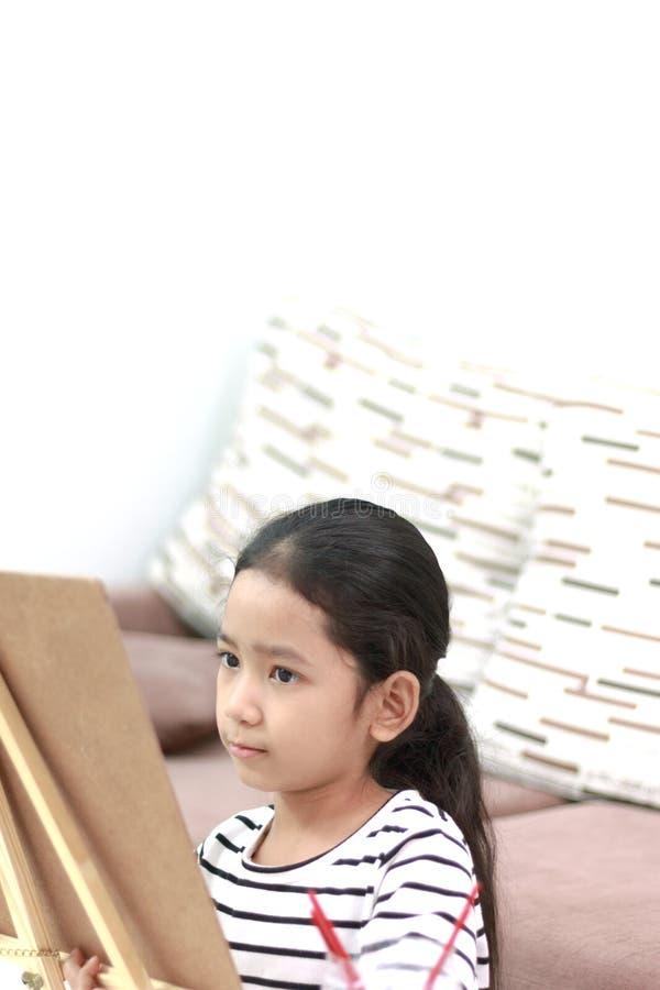 A menina tira uma imagem com intenção fotografia de stock royalty free