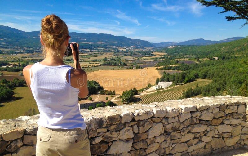 A menina toma imagens da paisagem de Provence imagem de stock royalty free
