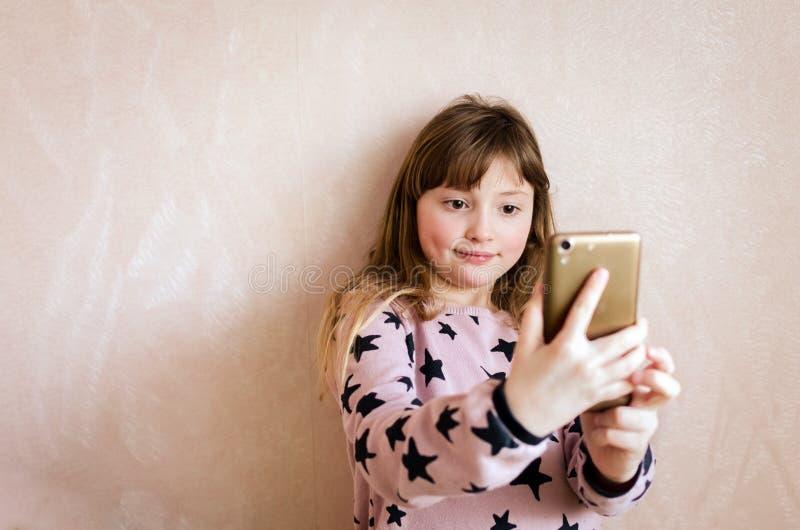 A menina toma um selfie fotos de stock