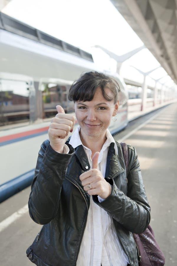 A menina toma um trem fotografia de stock