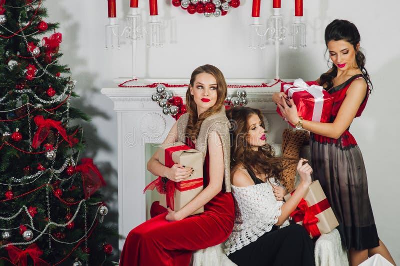 Menina três perto da árvore de Natal imagens de stock