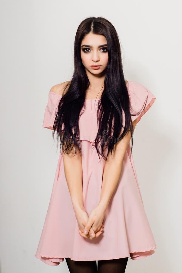 Menina triguenha bonita com cabelo longo fotografia de stock