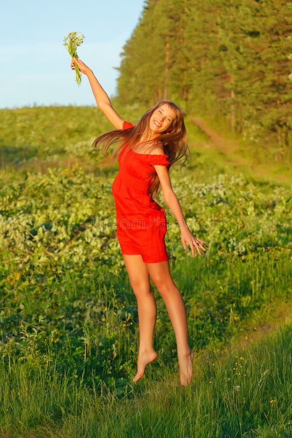 Menina triguenha bonita de salto fotos de stock royalty free
