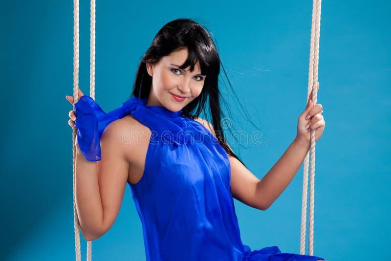 Menina triguenha bonita no vestido azul foto de stock royalty free