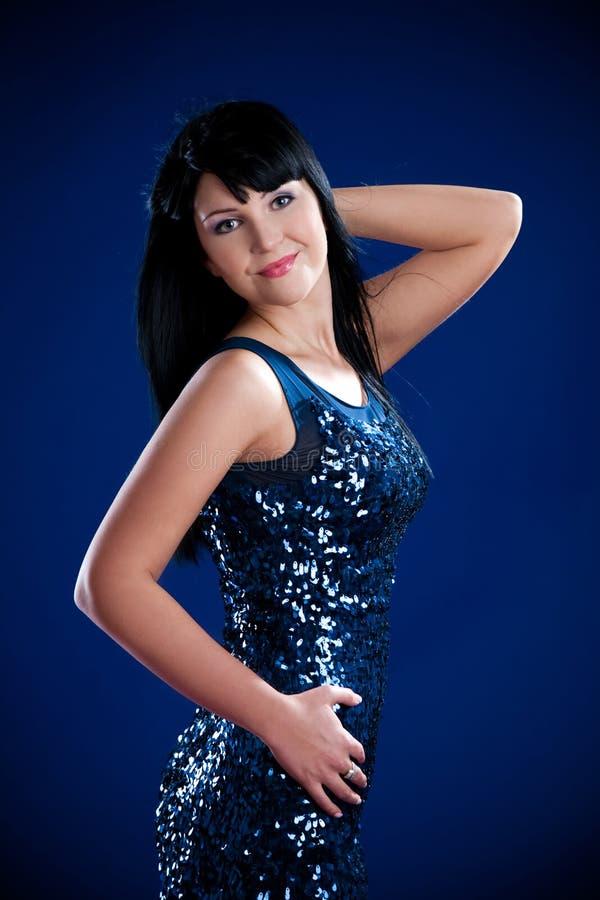 Menina triguenha bonita no vestido de brilho imagem de stock