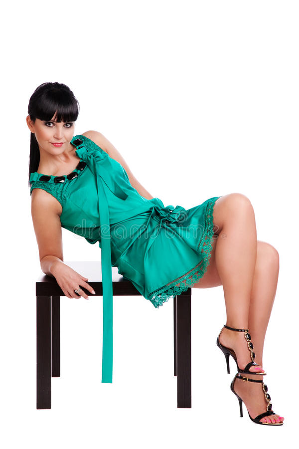 Menina triguenha bonita no vestido verde foto de stock