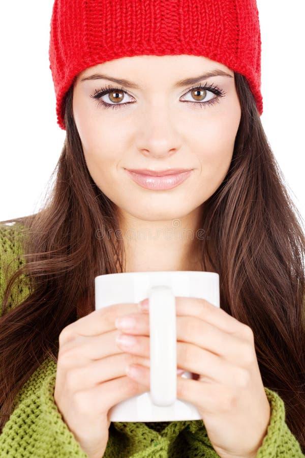 Menina triguenha bonita que prende um teapot fotografia de stock royalty free