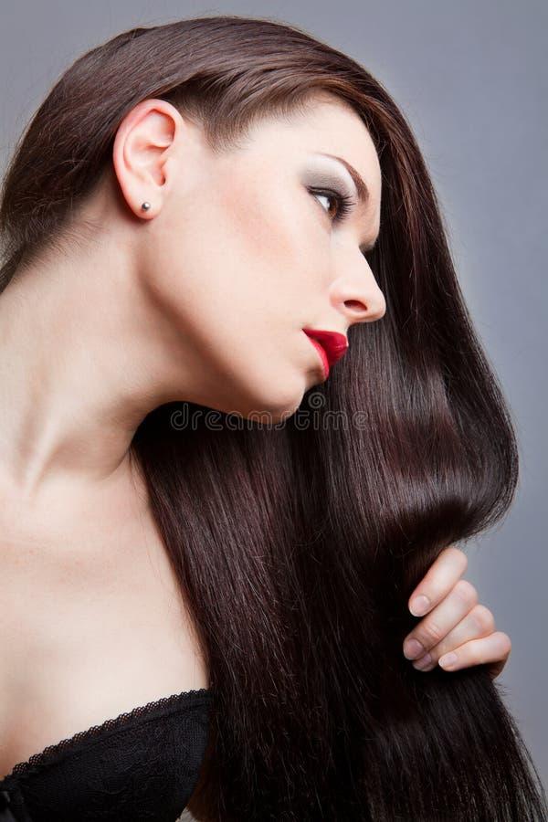 Menina triguenha com cabelo longo saudável fotos de stock royalty free