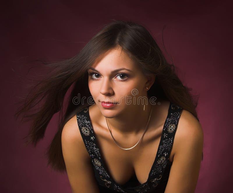 menina triguenha com vento no cabelo fotografia de stock royalty free