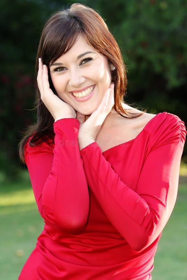 Menina triguenha de sorriso imagens de stock royalty free
