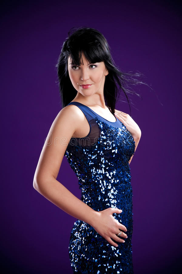 Menina triguenha no vestido azul no estúdio foto de stock