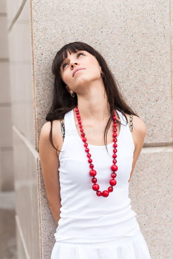 Menina triste atrativa com grânulos vermelhos foto de stock royalty free