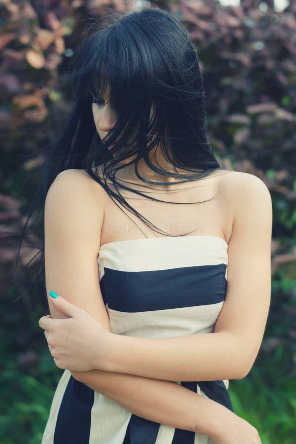 Download Menina Triste Bonita Na Natureza No Dia De Mola Ventoso Imagem de Stock - Imagem de comprimido, verde: 65578531