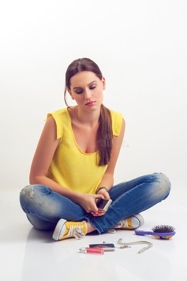 Menina triste com telefone móvel imagem de stock