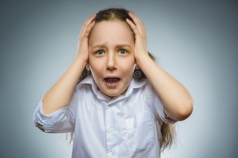Menina triste do close up com expressão forçada preocupada da cara imagem de stock