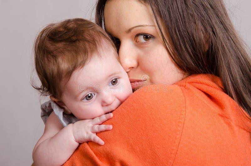 Menina triste na mamã feliz das mãos foto de stock royalty free