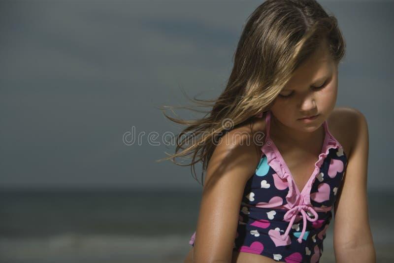 Menina triste na praia fotos de stock