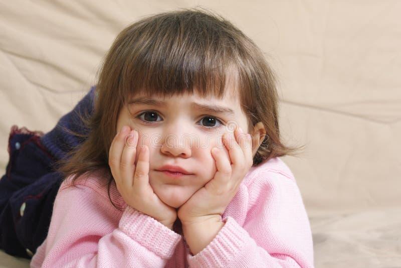 Menina triste no sofá fotos de stock royalty free