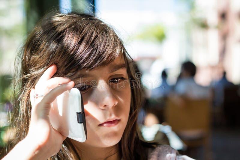 Menina triste no telefone fotografia de stock