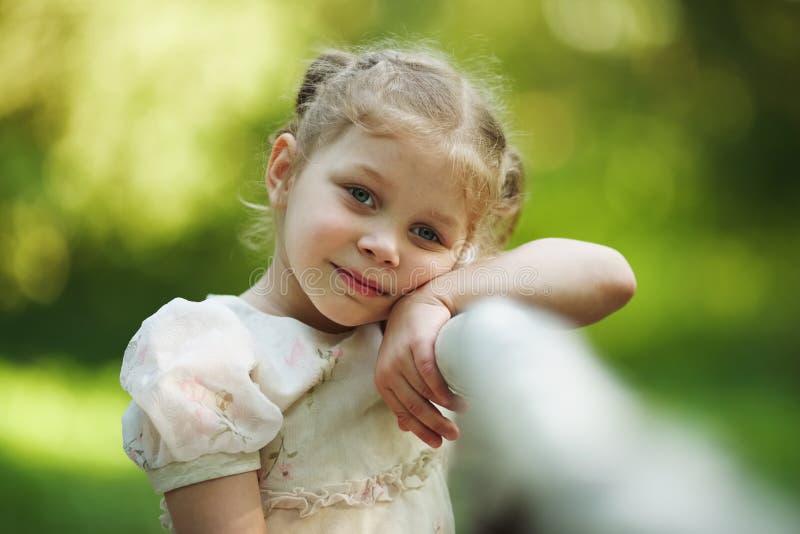 Menina triste pequena que pensa sobre algo imagens de stock royalty free