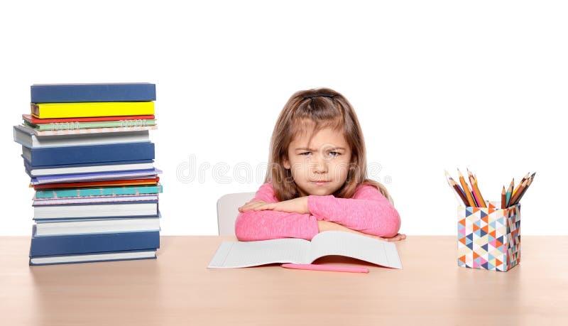 Menina triste pouco disposta fazer trabalhos de casa foto de stock