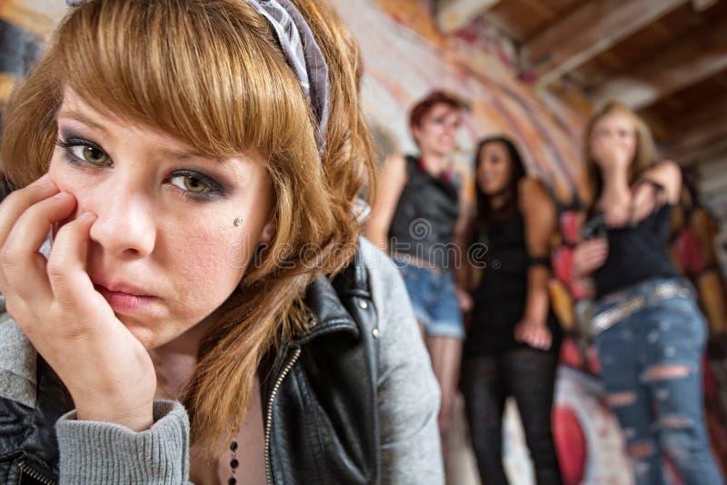 Menina triste que está sendo tiranizada fotos de stock