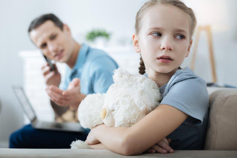 Menina triste que grita e que guarda seu brinquedo foto de stock