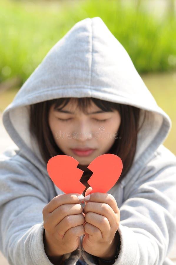 Menina triste que reza para reconciliar de coração quebrado fotos de stock royalty free