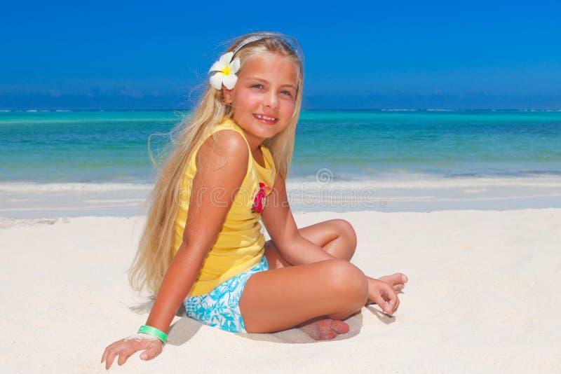 Menina tropical com flor do frangipani imagem de stock royalty free