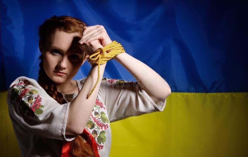 Menina ucraniana com as mãos amarradas foto de stock