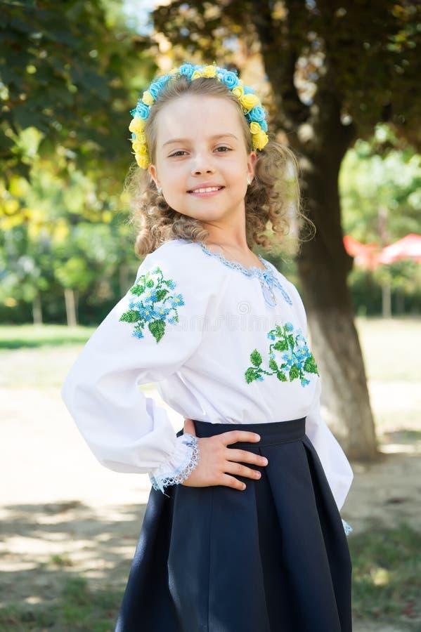 Menina ucraniana com a cara feliz no traje nacional, grinalda floral fotografia de stock