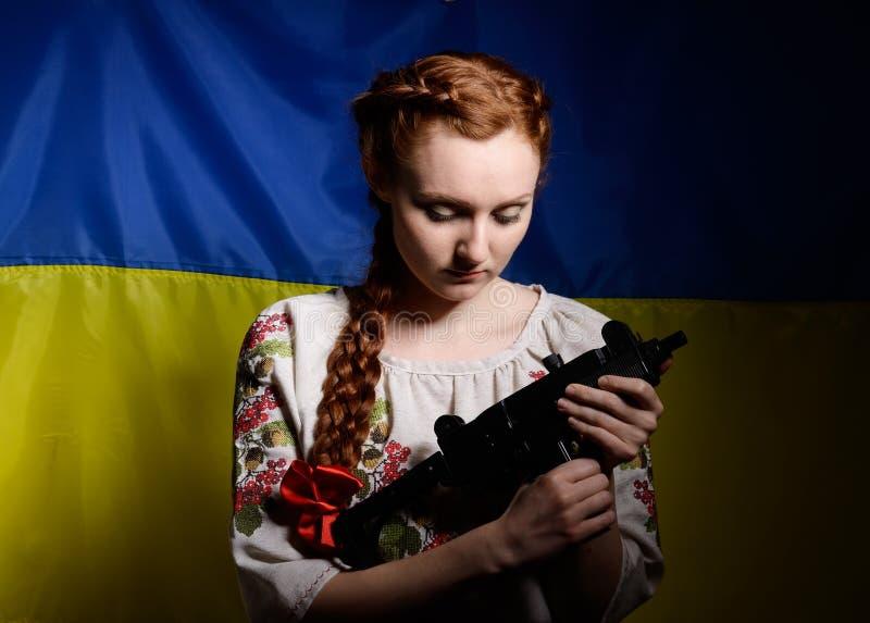 Menina ucraniana com uma metralhadora imagens de stock